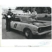 1983 Press Photo NASCAR Racer Gary Witzenburg With Crew