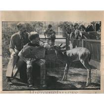 1975 Press Photo Disney World Winner Art contest