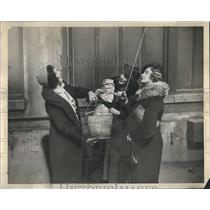 1937 Press Photo Women Raise Food Book Binders Strike
