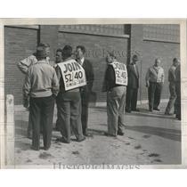 1945 Press Photo Socony Co. Workers On Strike. - RRR22985
