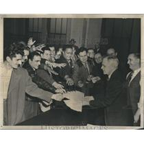 1946 Press Photo Vet Cab Licenses