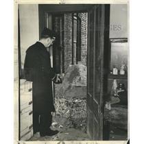 1945 Press Photo Lt. Murphy looking at a fire trap