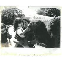 1987 Press Photo Mother Daughter Sculputure Art Fair