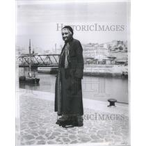 1935 Press Photo Lisbon Portugal Old Woman River - RRR49055