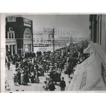 1938 Press Photo Atlantic City Boardwalk Crowds in 1900