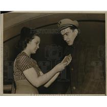 1939 Press Photo New York Hazel Sanches examines Bernie Friedelsons ticket NYC