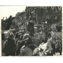 1954 Press Photo Rex Parade Float passing Gallier Hall in New Orleans
