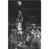 1985 Press Photo Sidney Moncrief of the Milwaukee Brewers Hits Last-Second Shot