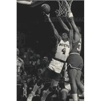 1986 Press Photo Sidney Moncrief Of The Bucks Drives Past 76er Charles Barkley