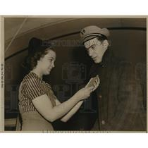 1939 Press Photo New York Hazel Sanchez examines ticket of Bernie Friedelson NYC