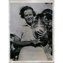 1938 Press Photo Patty Berg & Grace Doherty golf trophy at Miami Biltmore open