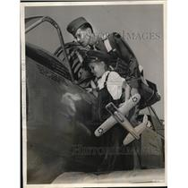 1948 Press Photo Robert H and Ronnie Allen BT13A Plane Goodfellow Field Texas