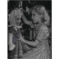 1954 Press Photo Karen Kannenberg, Blind Girl, With Doll Given To Her Class