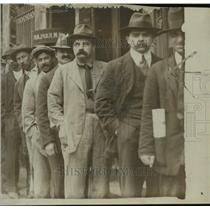 1918 Press Photo A line of men waiting to sign up at tehe draft boards
