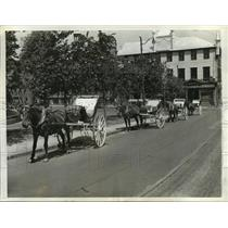 1942 Press Photo Horse drawn caleches in Quebec  Awaiting American Tourists
