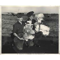 1962 Press Photo Carl Couter, Christopher Sayer Wait for Royal Candian AF Plane