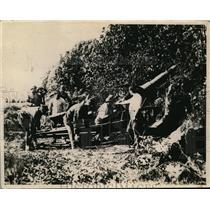 1918 Press Photo Belgian Official Shows Artillery Crew Act of Shooting