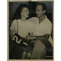 1937 Press Photo Jimmy Desanto w/ Wife after Parachuting from Crashing Plane