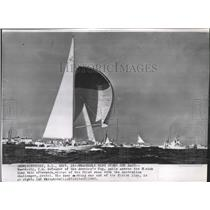 1962 Press Photo Weatherly sails across finish line to defend America's Cup