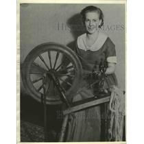1936 Press Photo Woman with Spinning Wheel - fux00918