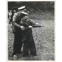 1968 Press Photo Sandra Davis Fires Sten Gun with Help from C.P.O. Ted Jones