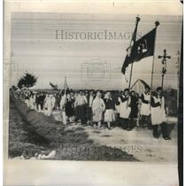 1947 Press Photo Marching with Religious Banners Polish Pilgrims Moved to Shrine