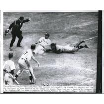 1955 Press Photo Phillies' Willie Jones tagged out by Giants' Bobby Hoffman