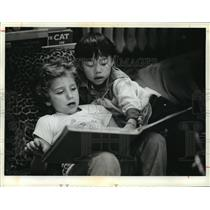 1981 Press Photo Roger Cannon and Kao Thao share a book at 38th Street School