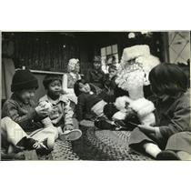 1979 Press Photo Santa Claus entertains Indo Chinese Refugees in Portland