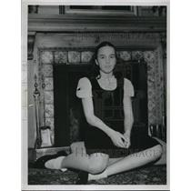 1948 Press Photo Girl Judy Beach, Explorer Attilio Gatti Admirer - nef55481