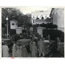 1941 Press Photo Crowds at White House hear latest on war attack by Japan