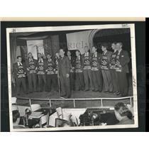 1945 Press Photo John Knight Daily News Microphone Hay