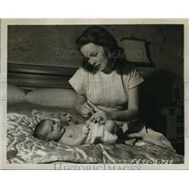 1947 Press Photo Actress Jeanne Crain & Baby Son Paul Brinkman Jr. - lfx03574