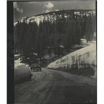 1932 Press Photo Fall River road vehicle traveling road