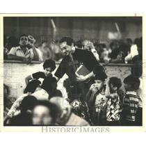 1980 Press Photo A Priest Waded Through Crowd of Cuban Refugees in a Hanger