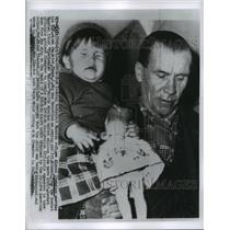 1956 Press Photo Alexei Chwastoy, Russian Refugee carries his U.S born Daughter