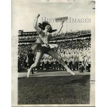 1971 Press Photo Leaping Tennessee Cheerleader - noa05678