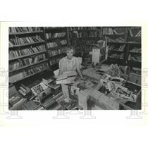 1999 Press Photo Margie Abel sits among boxes of books-Friends of the Library