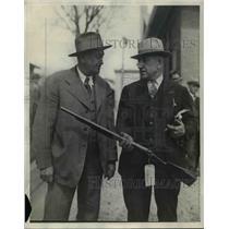 1929 Press Photo HJ Vierke & JW Reiland with a hunting rifle - nep03519