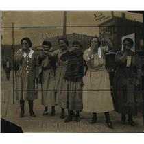 1922 Press Photo Women Jeer at Men Taking First Street Cars - nef60517