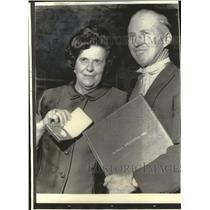 1970 Press Photo Norman Borlaug and his wife displaying the Nobel Peace price