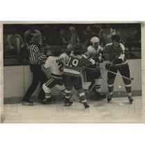 1977 Press Photo Islanders Gerry Hart, J Parise vs Flyers Rick MacLeish