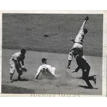 1946 Press Photo Yankee Bill Johnson safe at 2nd vs Ray Mack, Lou Boudreau