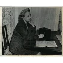1945 Press Photo Skaneateles NY Mrs Jonathan Wainwright listens to news SNY