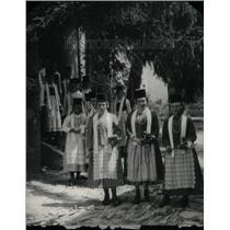 1931 Press Photo Romainia women Sunday morning - RRU30341