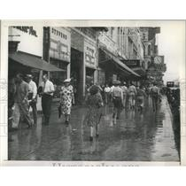 1945 Press Photo Canal Street Crowd Overcomes Rain