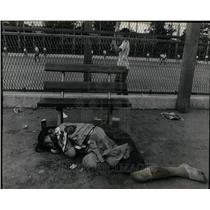 1980 Press Photo Homeless Japanese Woman Sleeps Park