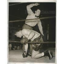 1938 Press Photo Ref Art Donovan counts Nathan Mann out vs Joe Louis in NYC bout