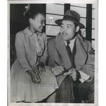 1951 Press Photo Joe Louis & fan Kathryn Harris in San Francisco - nes54117
