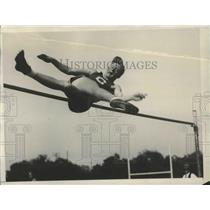 1928 Press Photo Van Osdel Working Out in the High Humps Candidate for Amer Team